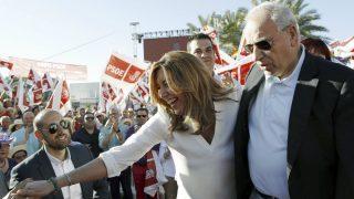 La presidenta andaluza y candidata a las primarias socialistas, Susana Díaz, y Alfonso Guerra, durante el acto en Sevilla (Foto:EFE)