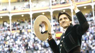 Diego Ventura a hombros en Las Ventas (Foto: Efe).