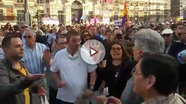 Un grupo de feministas sufre una agresión por criticar a Podemos en la Puerta del Sol