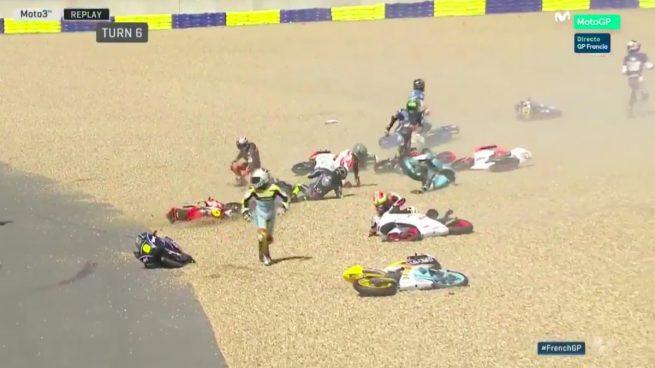 Una espectacular caída de 20 pilotos obliga a repetir la salida de Moto 3
