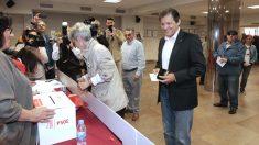 El presidente de la Comisión Gestora del PSOE, Javier Fernández, momentos antes de votar en las primarias de su partido en la sede socialista de Gijón (Asturias) (Foto: Efe)