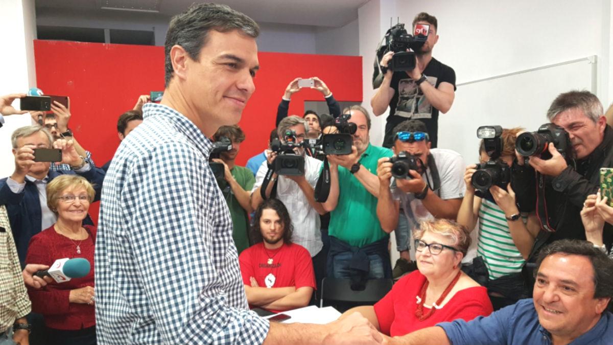 El candidato a la Secretaría General del PSOE, Pedro Sánchez, depositando su voto en la sede del partido en la localidad madrileña de Pozuelo de Alarcón (Foto: Twitter)