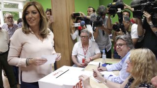 La presidenta andaluza y la candidata a la Secretaría General del PSOE, Susana Díaz, deposita su voto en la Agrupación Local Triana-Los Remedios, de Sevilla (Foto: Efe)