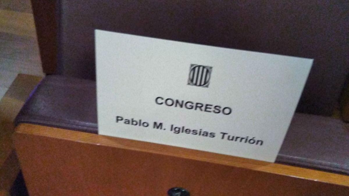 Cartel del asiento de Iglesias en el acto de Puigdemont