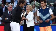 La alcaldesa entregando el trofeo del Open de tenis de 2017. (Foto: Madrid)