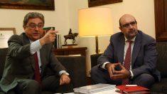 El delegado del Gobierno en Cataluña, Enric Millo, y el presidente de CSIF, Miguel Borra. (EFE)