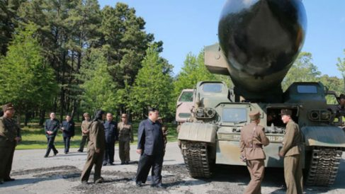 El líder de Corea del Norte, Kim Jong-un, junto al nuevo misil antes de efectuar la prueba de lanzamiento. Foto: Rodong