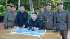 Kim Jong-un junto a oficiales de su ejército posan sonrientes para la cámara durante el ensayo de lanzamiento del nuevo misil de Corea del Norte.