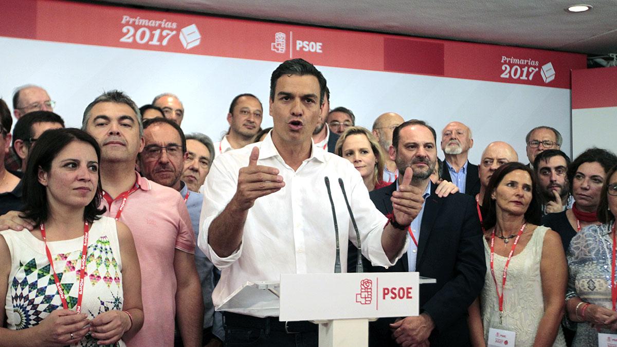 Pedro Sánchez comparece junto a sus seguidores tras los resultados de las primarias del PSOE. (Foto: Francisco Toledo)