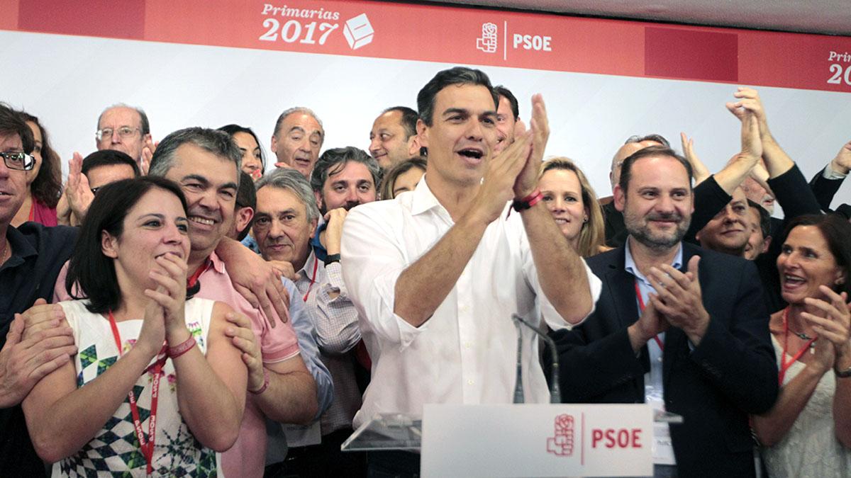 Pedro Sánchez celebra junto a sus seguidores su triunfo en las primarias del PSOE. (Foto: Francisco Toledo)