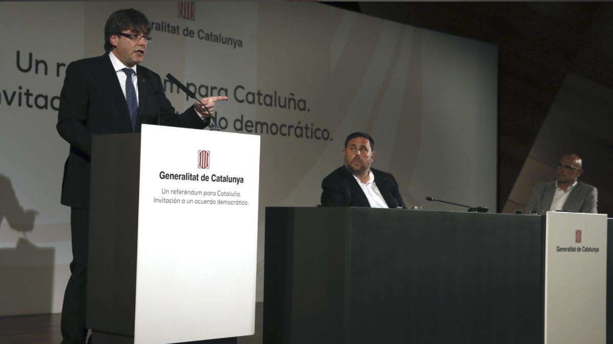 Puigdemont junto al vicepresidente, Oriol Junqueras, y el consejero de Asuntos Exteriores, Relaciones Institucionales y Transparencia, Raúl Romeva. (Foto:EFE)