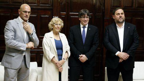 Raül Romeva, Manuela Carmena, Carles Puigdemont y Oriol Junqueras, en el Ayuntamiento de Madrid. (Foto: EFE)