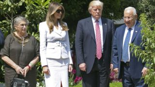 Donald Trump acompañado de Melania, su esposa, y el presidente de Israel Reuven Rivlin, y la mujer de éste. Foto: AFP