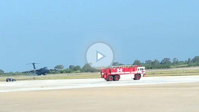 Impresionante aterrizaje de emergencia de un C-5 Galaxy sin el tren delantero en la base de Rota