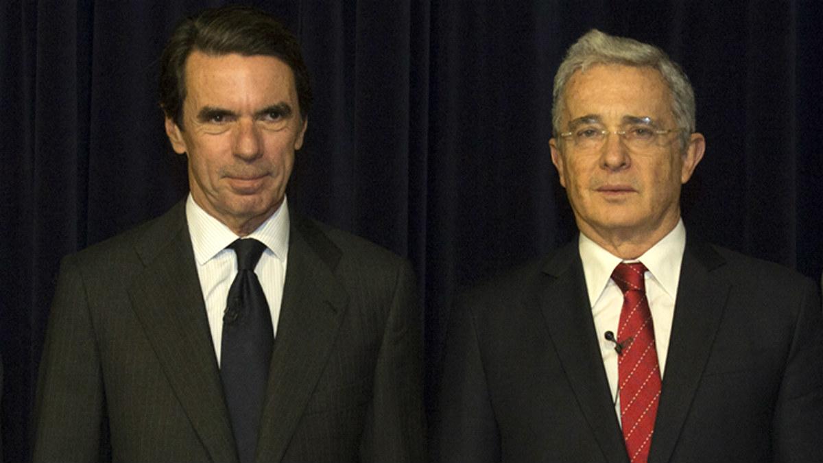 Los ex presidentes español y colombiano José María Aznar y Álvaro Uribe, respectivamente. (Foto: IAG)