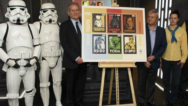 El consejero delegado de The Walt Disney Company España, Simón Amselem (i), junto al presidente de Correos, Javier Cuesta Nuin (2d), durante la presentación hoy del sello conmemorativo que celebra el 40 aniversario de