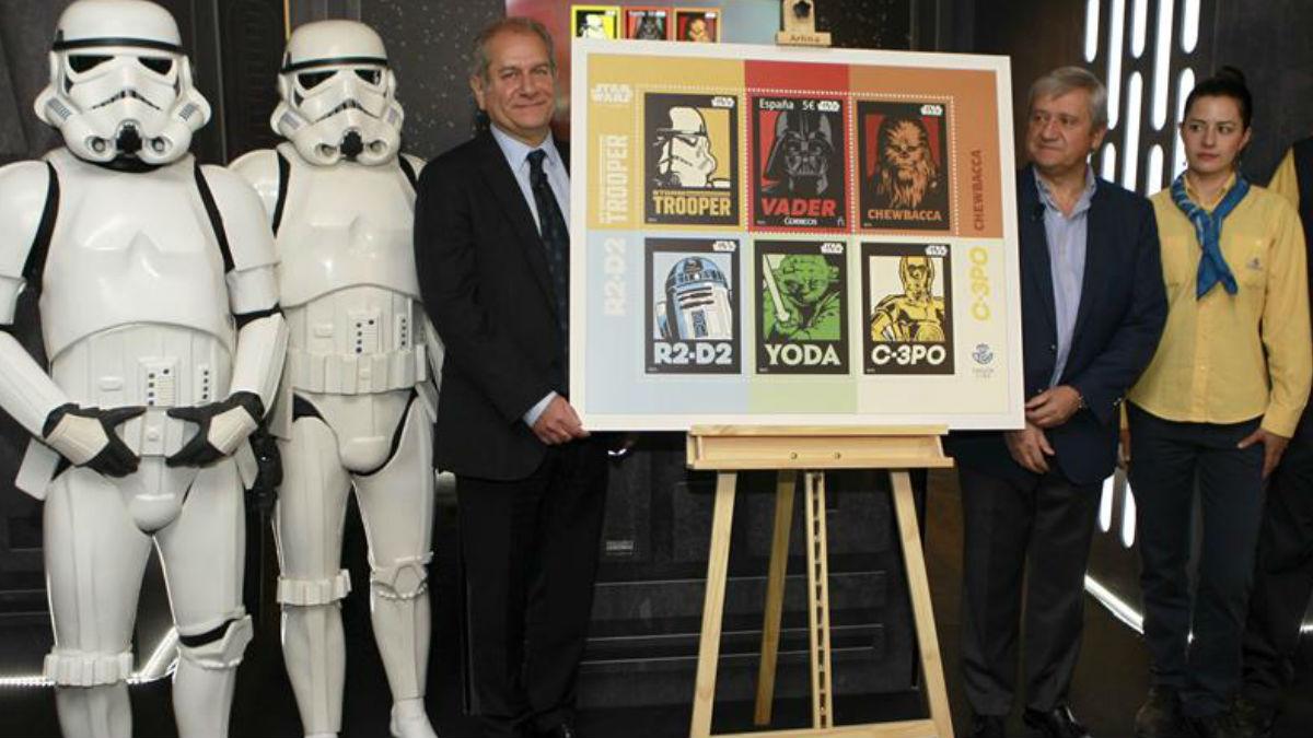 El consejero delegado de The Walt Disney Company España, Simón Amselem (i), junto al presidente de Correos, Javier Cuesta Nuin (2d), durante la presentación hoy del sello conmemorativo que celebra el 40 aniversario de «Star Wars». Foto: EFE