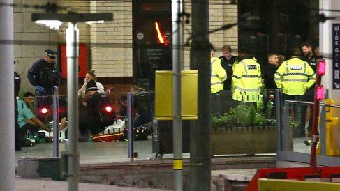La Policía atiende a varios heridos en el Manchester Arena. GETTY