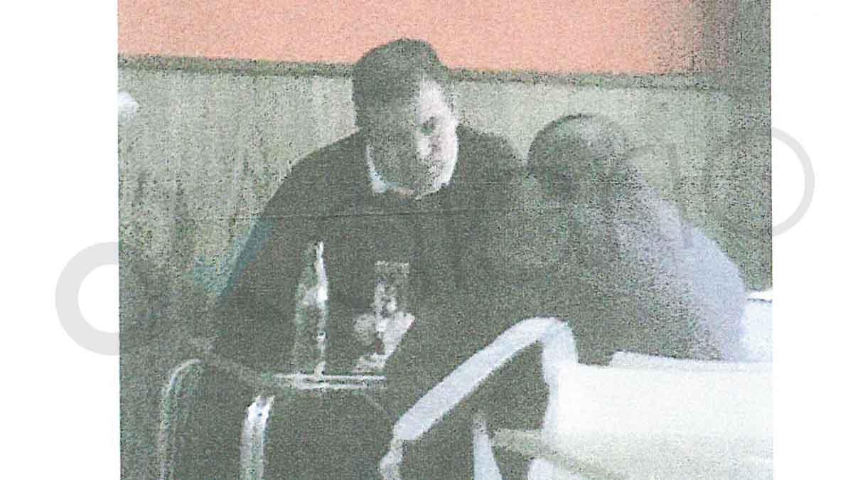 El detective Javier Cortés, de la agencia Kroll de frente, y de espaldas Luis Morcillo durante una reunión secreta en una cafetería.