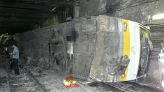 Los investigadores alrededor del convoy accidentado del Metro de Valencia.