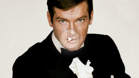 Roger Moore interpretando a James Bond.