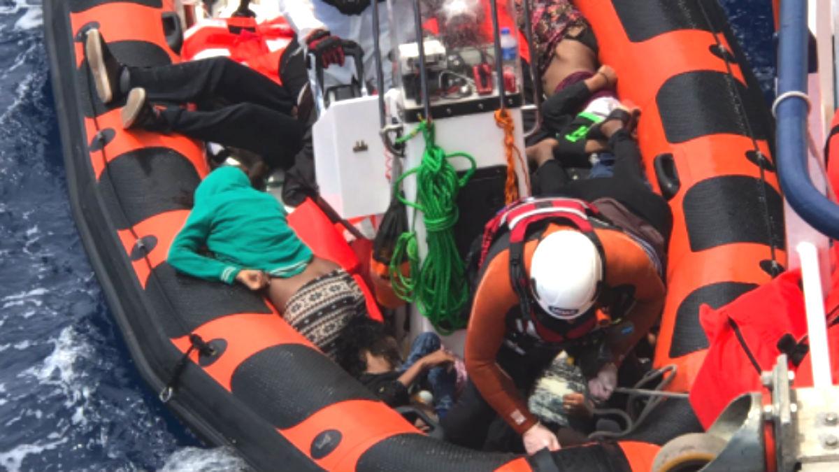 Una lancha de MOAS, una ONG que opera rescatando a migrantes, traslada cadáveres a su cubierta. (Foto: Chris Catambrone)