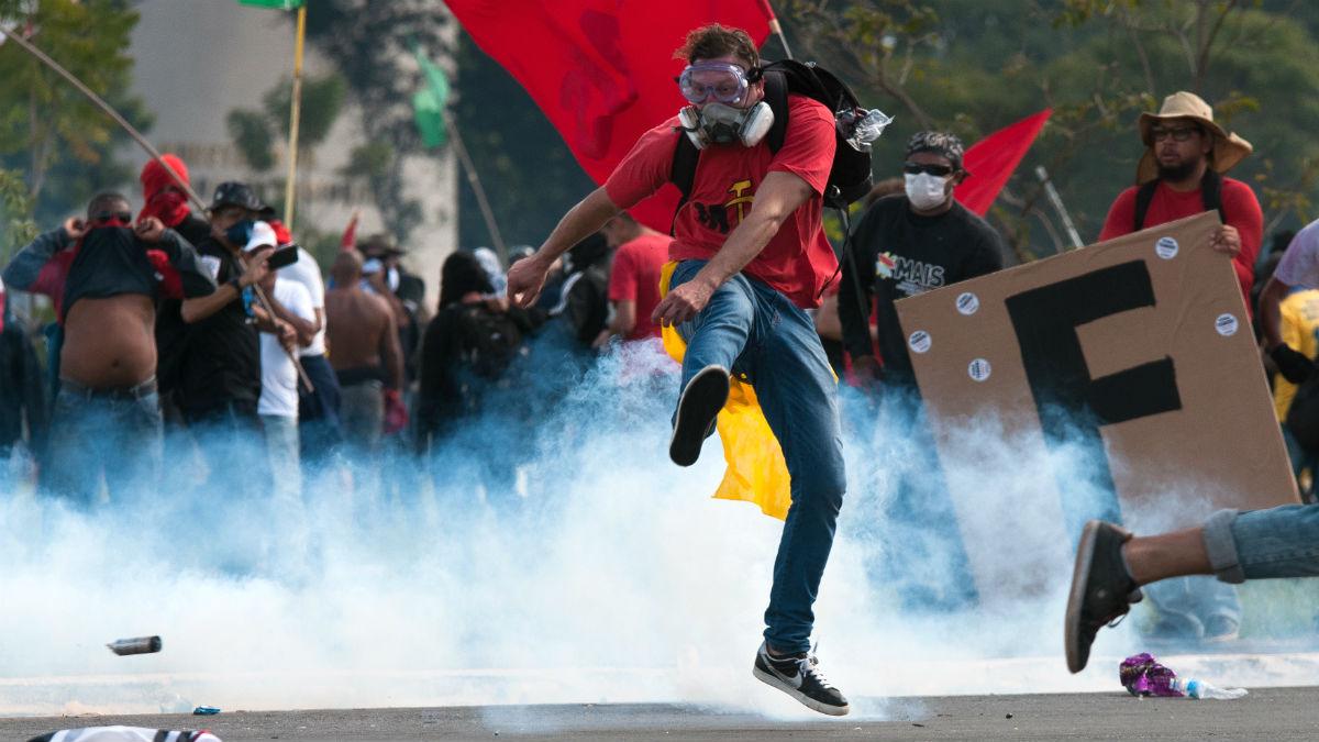 Disturbios en las inmediaciones del palacio presidencial de Brasilia en las marchas contra Temer. (AFP)