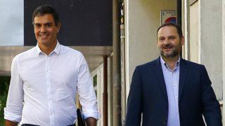 Pedro Sánchez y José Luis Ábalos, a su llegada a la sede del PSOE, en la calle Ferraz de Madrid. (EFE)