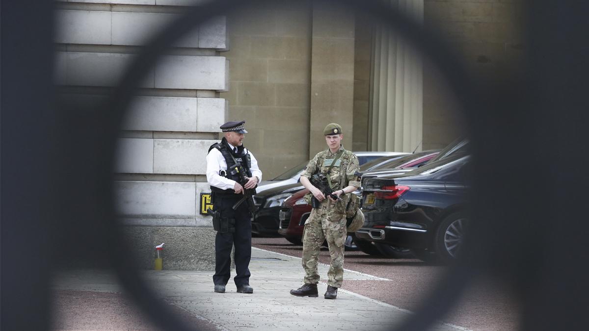 Policía y ejército protegen Buckingham Palace (Foto: AFP)