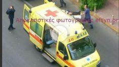 El ex primer ministro Papademos es subido a la ambulancia.