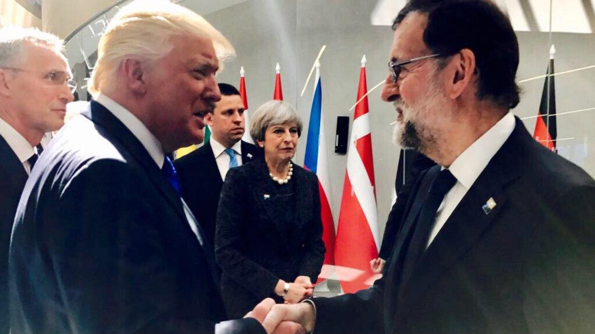 Donald Trump saluda a Mariano Rajoy en la cumbre de la OTAN. (TW)