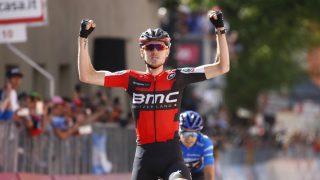 Van Garderen celebra la victoria por delante de Landa. (AFP)