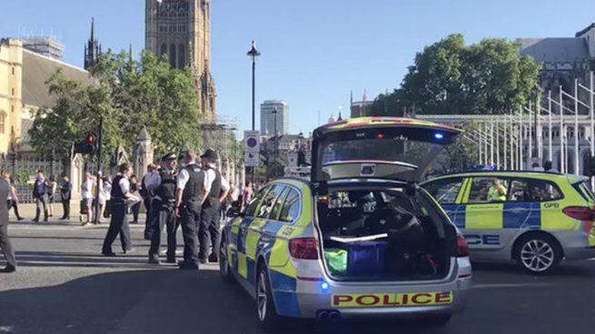 Cierran el puente de Westminster tras encontrar la Policía un vehículo sospechoso
