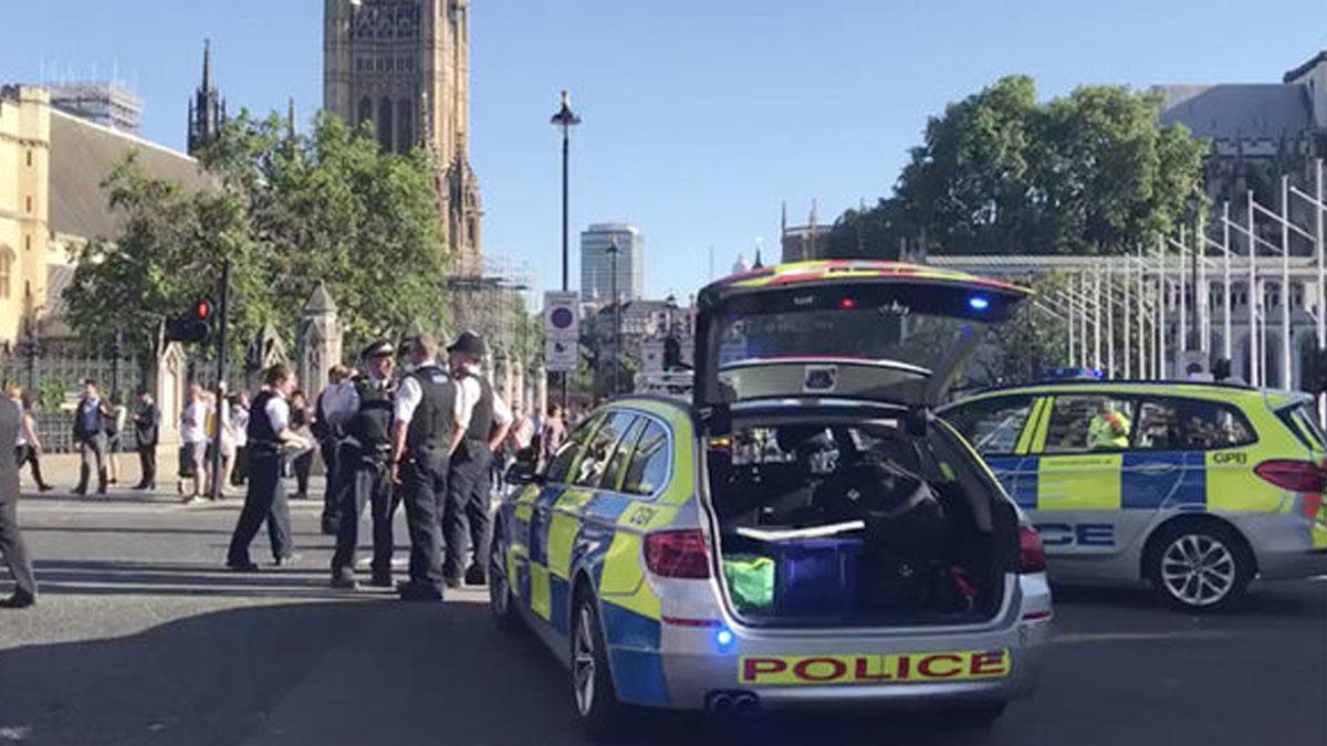 Policía clausurando el puente de Westminster.