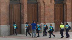 Agentes del control del aparcamiento entrando en Las Ventas. (Foto: Chema Barroso/OKDIARIO)