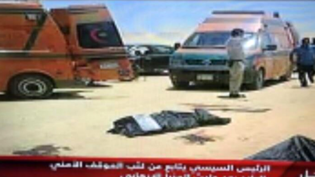 Imagen de la TV egipcia en el lugar del atentado contra cristianos coptos, en Menia.
