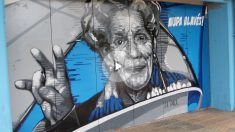 Mural de La Paca en la fachada de Mendizorroza.