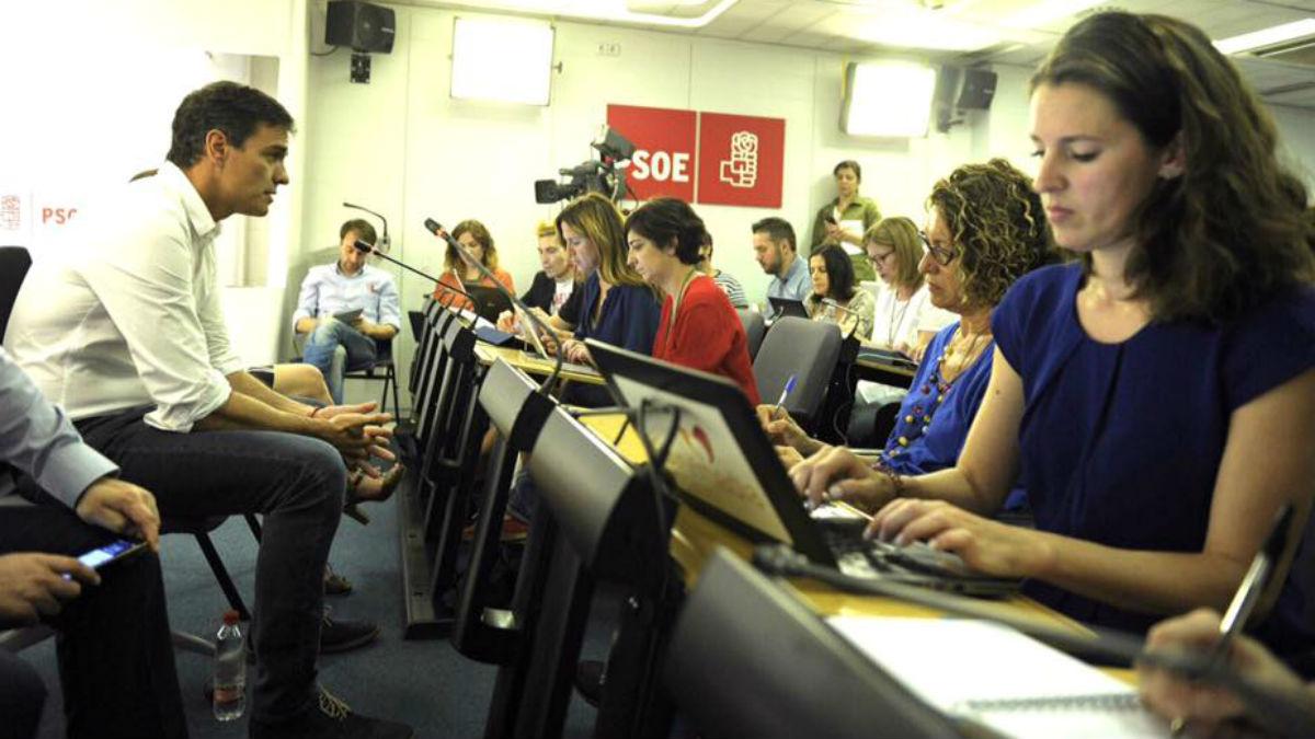 Pedro Sánchez, hablando a la prensa en el Congreso. (FB)