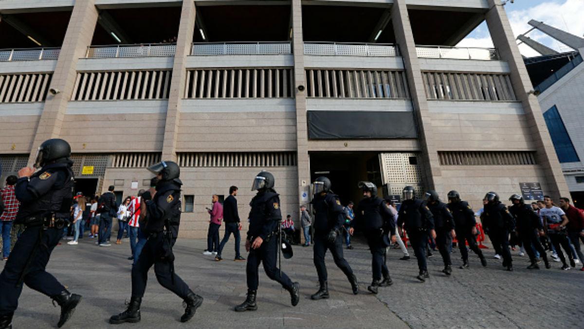 Policías vigilan los aledaños del Calderón. (AFP)