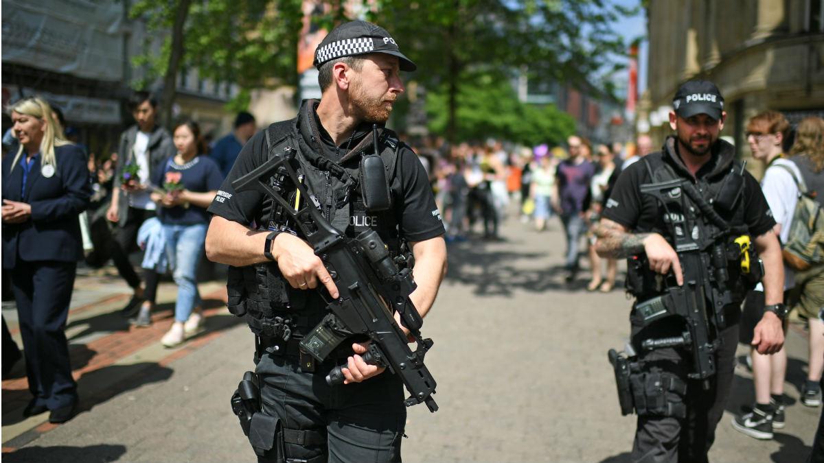 Agentes fuertemente armados patrullan las calles de Manchester tras el atentado de 2017. (Getty)