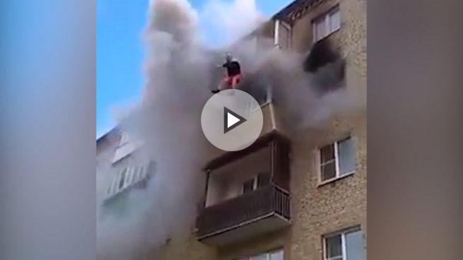 Espectacular rescate de una familia que salta de un quinto piso huyendo de un incendio en Rusia