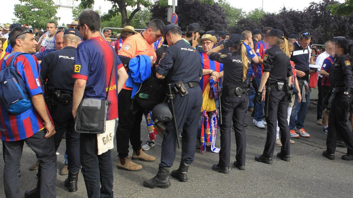 Los aficionados del Barcelona pasan diferentes controles. (EFE)