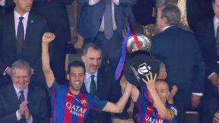 Busquets e Iniesta levantan la Copa del Rey.