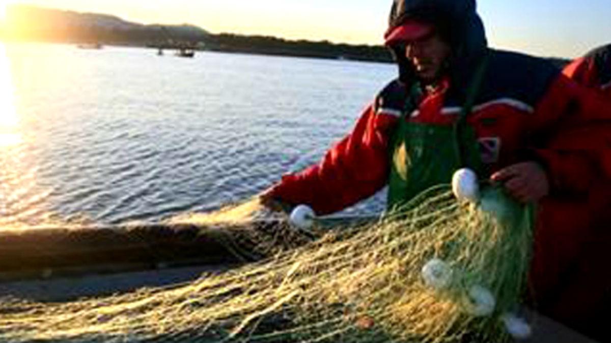 Un pescador recoge las redes ante la costa africana (Foto: Embajada de Angola en España)
