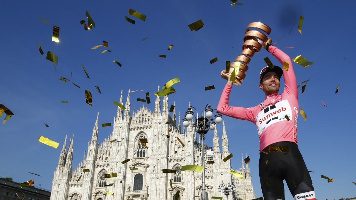 Dumoulin levanta el trofeo de vencedor del Giro. (AFP)