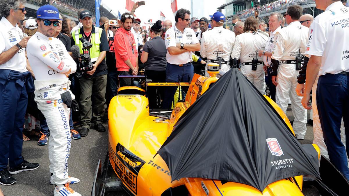 Alonso contempla su coche. (Getty)