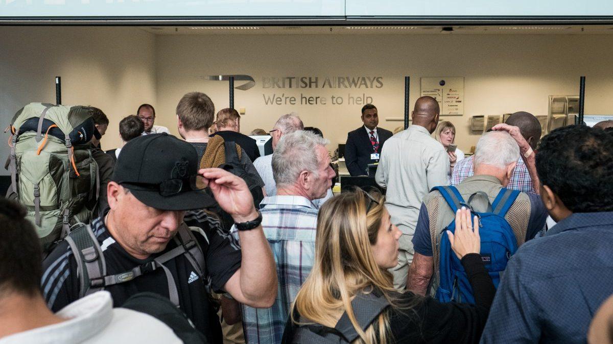 Pasajeros de British Airways en las colas de información de los aeropuertos (Foto: Getty)