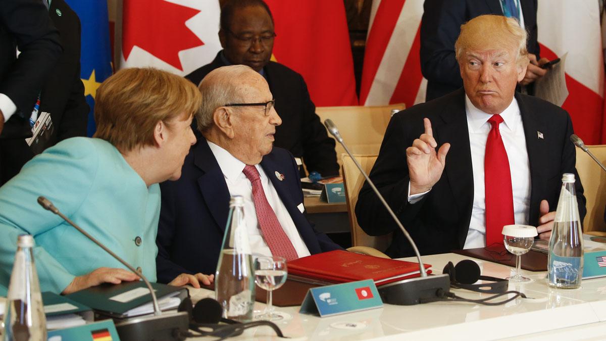 Angela Merkel y Donald Trump, con el presidente de Túnez Essebsi en medio, en el G7 (AFP)