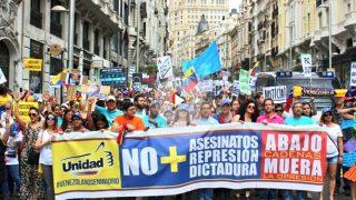 Venezolanos manifestándose este domingo en Madrid.