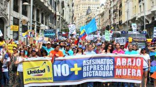 Venezolanos manifestándose en Madrid.